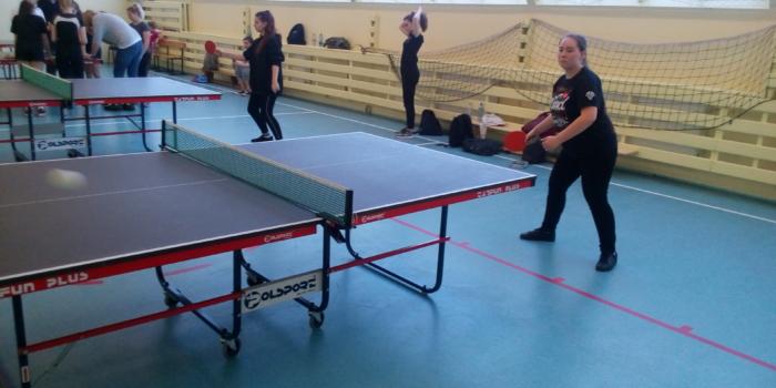Dziewczęta w tenisie stołowym tuż za podium
